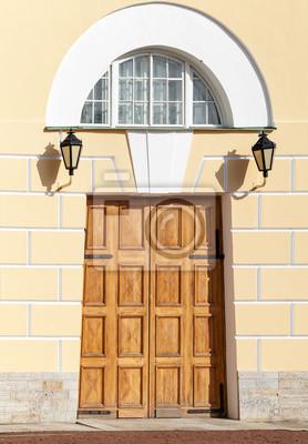 Carta da parati Cancello di legno con arco in giallo facciata classica. San Pietroburgo