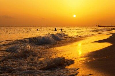 Carta da parati Caraibi tramonto spiaggia del mare. spiaggia tropicale nel mare dei Caraibi, Repubblica Dominicana. Madre e figlia di nuoto nel mare.