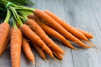 Carta da parati carote fresche mucchio su sfondo di legno