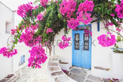 Carta da parati Casa greca tradizionale con i fiori nell'isola di Paros, Grecia