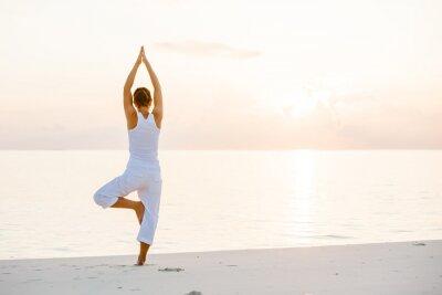 Carta da parati Caucasica donna praticare lo yoga in riva al mare