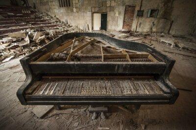 Carta da parati Chernobyl - primo piano di un vecchio pianoforte in un auditorium