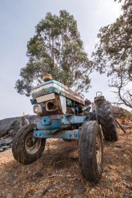 Carta da parati Chiudere la visualizzazione di un trattore abbandonato sulla campagna.