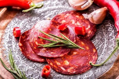 Carta da parati Chorizo. Tradizionale spagnolo chorizo, con erbe aromatiche, aglio, pepe e peperoncino. Cucina tradizionale.