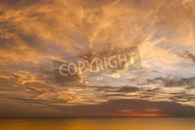 Carta da parati Cielo drammatico di tramonto con le nubi sopra l'oceano