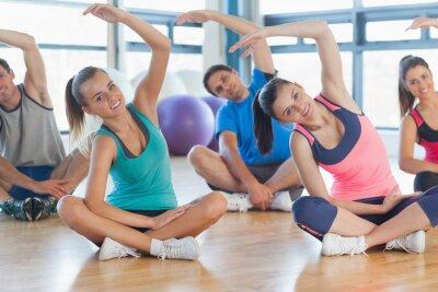 Carta da parati Classe di fitness e istruttore di seduta e stretching mani