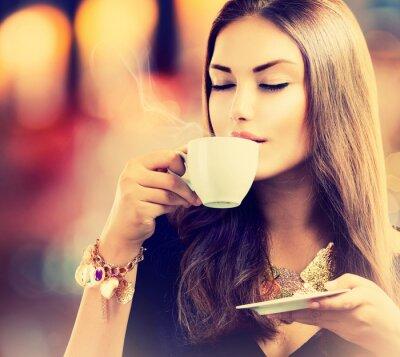 Carta da parati Coffee. Bella ragazza bere tè o caffè