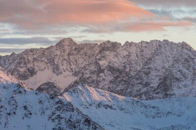 Carta da parati Colorato montagna tramonto panorama in inverno in Alti Tatra