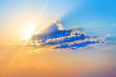 Carta da parati Colorato tramonto. scenico con nuvole e sole splendente.