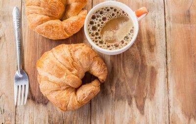 Carta da parati Croissant e caffè per la colazione sul vecchio tavolo di legno