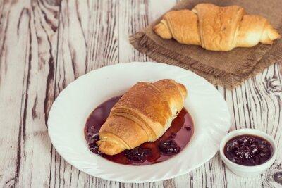 Carta da parati croissant tradizionali con marmellata per la prima colazione
