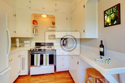 Carta da parati: Cucina bianca con pareti beige e pavimento in legno di  ciliegio.