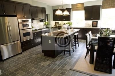 Cucina con un pavimento di piastrelle e tavolo per la colazione