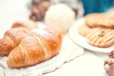 Carta da parati Deliziosi croissant freschi e gustosi, come la prima colazione pasto