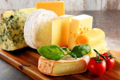 Carta da parati Diversi tipi di formaggio sul tavolo da cucina
