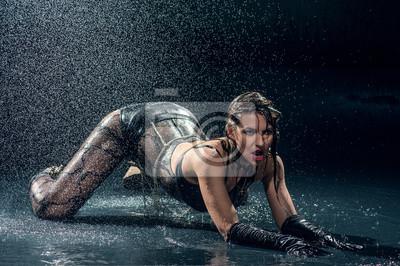 Donna bagnata in biancheria intima danza in un monolocale carta da ...
