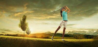 Carta da parati Donna golfista colpire la palla sul paesaggio bellissimo