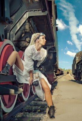 Carta da parati Donna in abito d'epoca è seduto sulla ruota della locomotiva.
