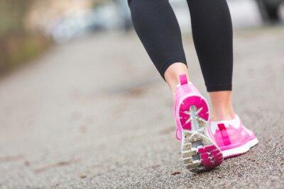 Carta da parati Donna Runner Shoes primo piano sulla strada, l'impostazione della città.