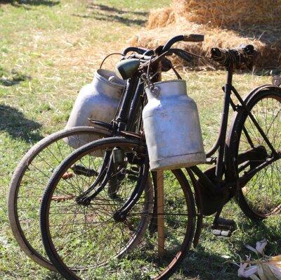 Carta da parati due antiche biciclette arrugginite per il trasporto del latte nel bidone