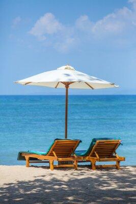 Sedie A Sdraio Per Spiaggia.Due Sedie A Sdraio Con Ombrellone Su Una Spiaggia Carta Da Parati