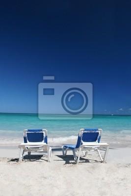 Due Sedie A Sdraio Sulla Spiaggia Di Sabbia Bianca E Mare Sfondo