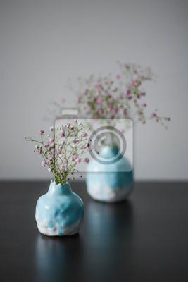 Due Vaso Di Ceramica Blu Con Un Cuore Rosa Sul Tavolo In Legno Carta