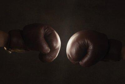 Carta da parati Due vecchi guanti marrone da boxe colpito insieme