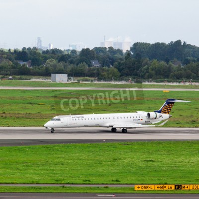 Carta da parati DUSSELDORF, Germania - 05 settembre, 2015: Eurowings Bombardier CRJ-900 NG arriva all'aeroporto internazionale di Düsseldorf.