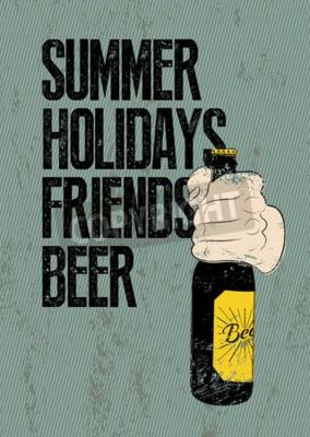 Carta da parati Estate, vacanze, amici, birra. poster retrò birra grunge tipografica. La mano tiene una bottiglia di birra. Illustrazione vettoriale.