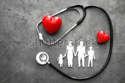 Carta da parati Famiglia figura, cuori rossi e stetoscopio su sfondo grigio. Concetto di assistenza sanitaria