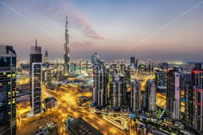 Carta da parati Fantastica veduta aerea di Dubai, Emirati Arabi Uniti, al tramonto. Architettura futuristica di una grande città moderna in luce drammatica. Orizzonte colorato notturno. Sfondo di viaggio