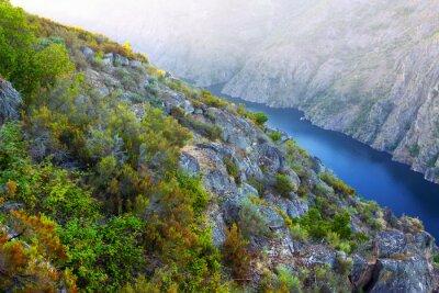 Carta da parati fiume con alte sponde rocciose