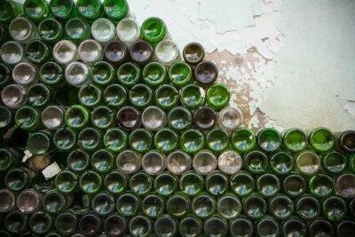 Carta da parati Fondo della trama della bottiglia. Vetro, primo piano vuoto sporco delle bottiglie di vino, fondo del fondo verde del modello della bottiglia