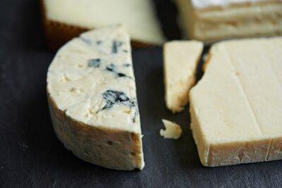 Carta da parati formaggi costolette su sfondo nero