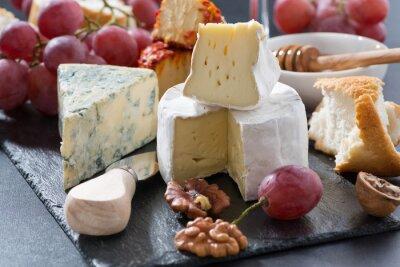 Carta da parati formaggi modellati e snack sulla lavagna