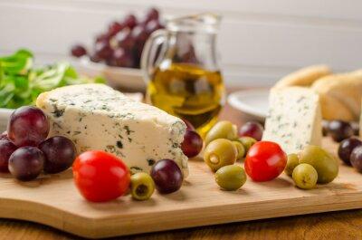 Carta da parati formaggio blu Delicious con olive, uva e insalata