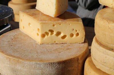 Carta da parati formaggio stagionato con fori per la vendita nel mercato