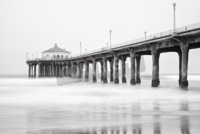 Carta da parati Foto in bianco e nero del molo di spiaggia di Manhattan, in California.
