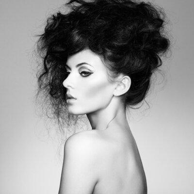 Carta da parati Foto in bianco e nero di bella donna con magnifici capelli