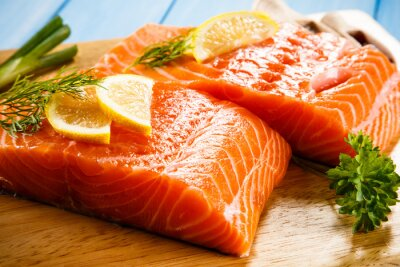 Carta da parati Freschi filetti di salmone crudo su un tagliere
