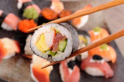 Carta da parati Futomaki sushi detenute da bacchette