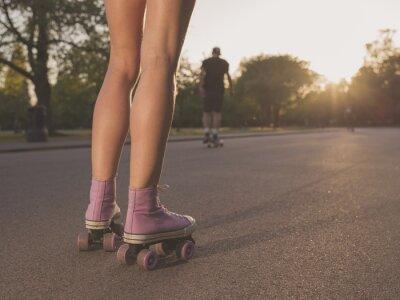 Carta da parati Gambe della giovane donna di pattinaggio roller nel parco