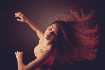 Carta da parati Giovane brunette caucasico donna ballare e capelli che scorre attraverso l'aria