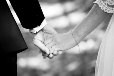 Carta da parati Giovane coppia sposata holding hands