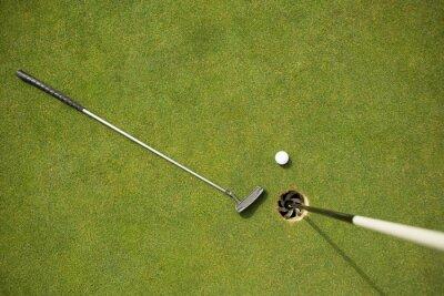 Carta da parati Golf club e pallina da golf sul putting green accanto bandiera