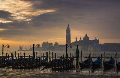 Carta da parati Gondole di Piazza San Marco durante l'alba con San Giorgio chiesa di Maggiore in fondo a Venezia Italia