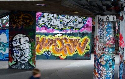Carta da parati graffiti colorati sotto un ponte