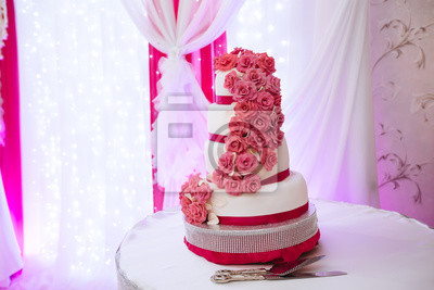 Carta Da Parati Rosa Bianca : Grande torta nuziale bianca con rose rosa su un tavolo carta da