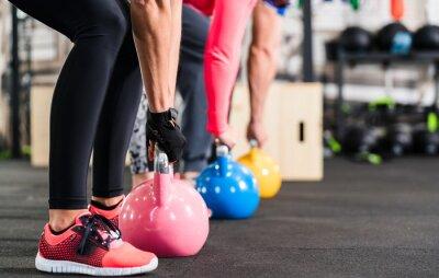 Carta da parati Gruppe beim funzionale Fitness Training mit Kettlebell im Sport Studio